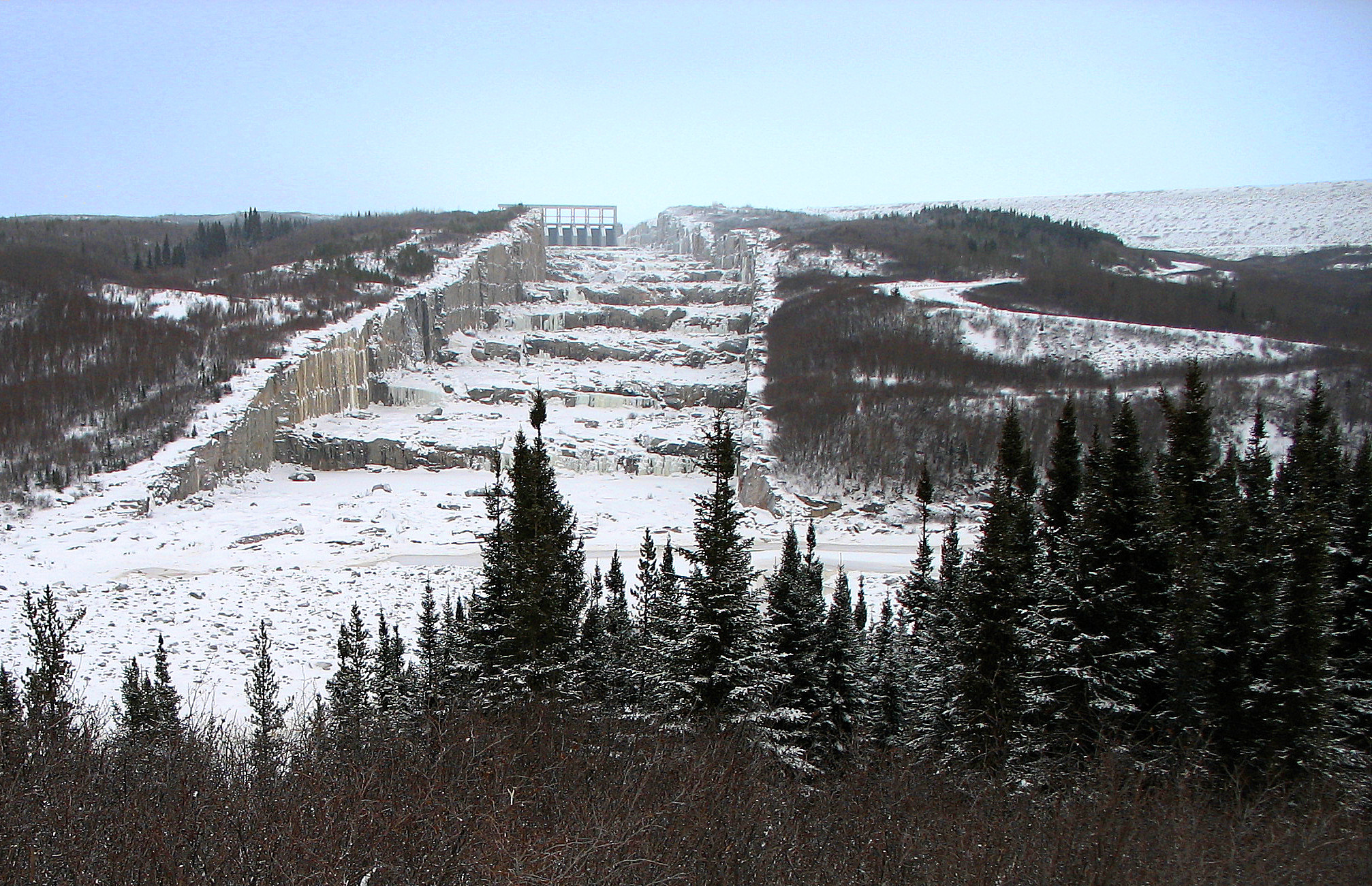 The spillway of the Robert-Bourassa Dam (formerly La Grande-2). This dam was one of the dams in the James Bay Projects. Photo by: P199 at Wikimedia Commons.